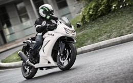 11MY_Ninja250R_WHT_Action_3