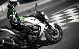 11MY_Z750_WHT_Action_2