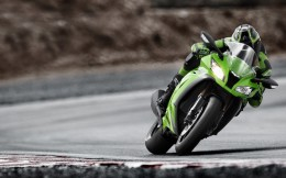11MY_ZX-10R_action_1_LIM