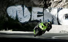 11MY_ZZR1400_GRN_Action_1
