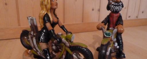 """Keramikfiguren Bikerlady """"Heidi"""" und Biker """"Peter"""" Zum Schenken oder für sich selber. Bikerlady """"Heidi"""" und Biker """"Peter"""" sind handgefertigte und in lime-green bemalte Keramikfiguren. Die Figuren sind ca. 24 cm. lang. Preis pro Figur Fr.109.- Da es sich um handbemalte Einzelstücke handelt, ist jede Figur ein Unikat. Daher kann es leichte Abweichungen zu den hier abgebildeten Figuren haben."""