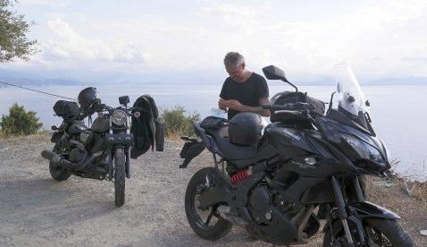 Ich finde es ein optimales Motorrad für den Alltag wie auch für Reisen. Mit den 69 PS ist man sehr gut bedient ob ich alleine oder zu zweit unterwegs bin denn für die 80km/h oder 120 km/h die in der Schweiz erlaubt sind hat man mehr alsgenug Leistung. Ich sitze sehr bequem auf dem Motorrad auch auf langen Strecken werde ich nicht müde beim Fahren. Das einem der Hintern mal […]