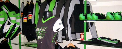 Im Green-Shop an der Emmentalstrasse 127 in Oberburg finden Sie persönliche und kompetente Beratung. Das ausgewählte Angebot an original Kawasaki Motorradzubehör und Bekleidung wurde durch unser Team getestet und erfüllt die höchsten Ansprüche. Das gesamte Kawasaki Zubehör finden Sie nur im offiziellen Kawasaki Online-Shop. Die im Shop bestellten Artikel können Sie nach dem Bestätigungsmail, im Green-Shop in Oberburg abholen und bezahlen. Elisabeth und Heinz Brechbühl freuen sich auf Ihren Besuch.