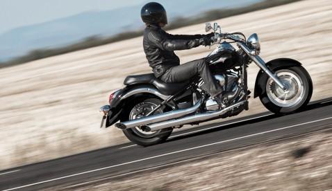 Die Formensprache legendärer Cruiser lebt in der VN900 Classic mit ihren Slashcut-Auspuffrohren und Speichenrädern.